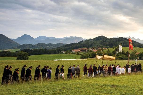 Prozession vor Bergpanorama