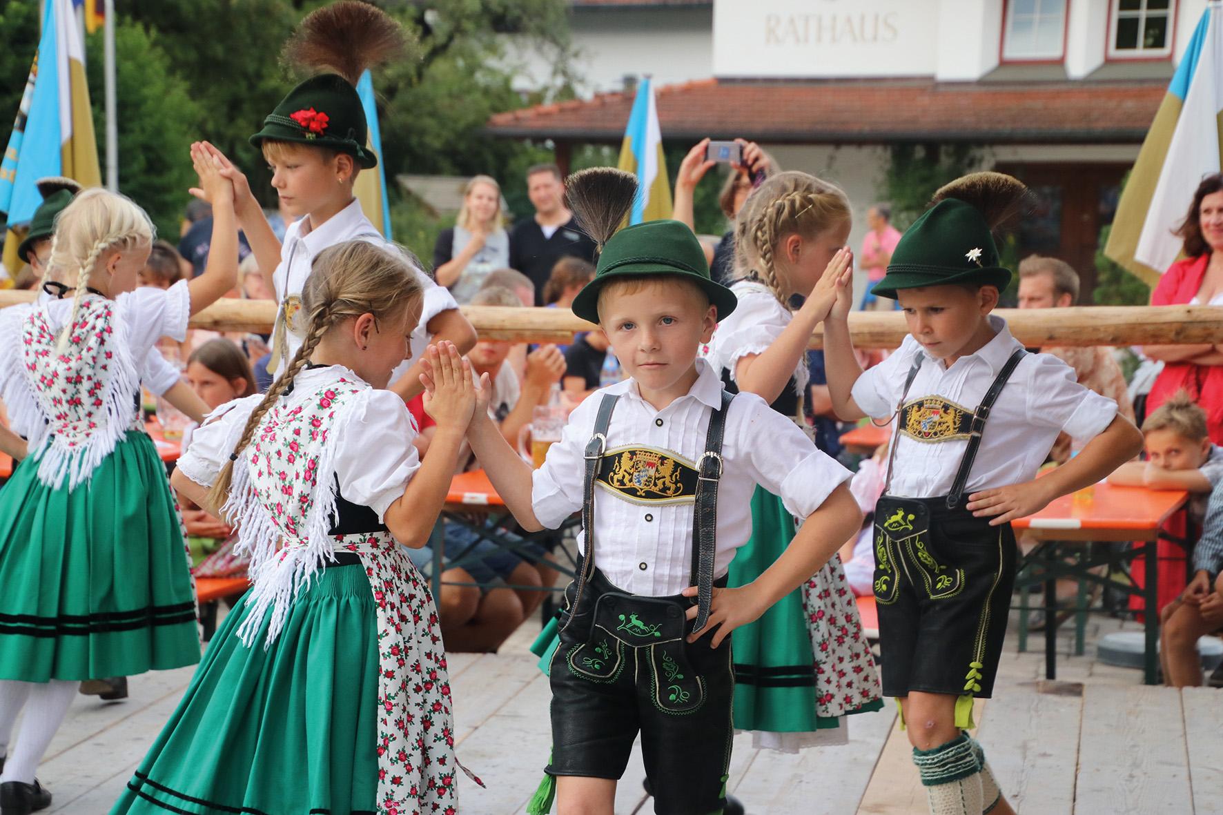 Dorffest mit tanzenden Kindern